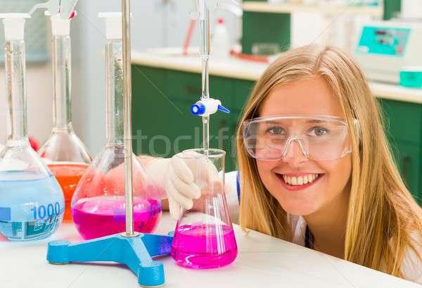 Chemische analyse jonge scheikundige gevaarlijk wetenschappelijk onderzoek Stockfoto © barabasa