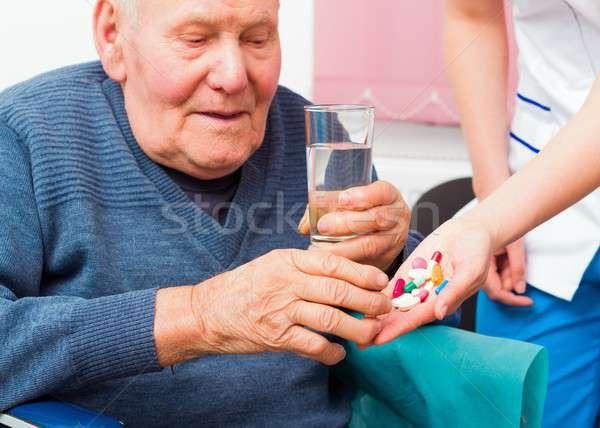Enfermedad ancianos hombre toma diario Foto stock © barabasa