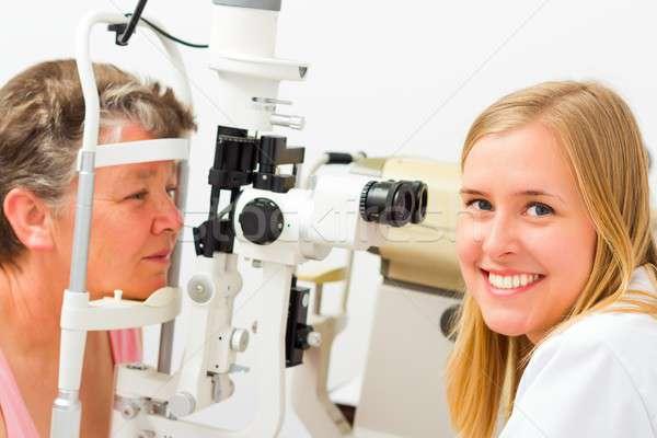 Stok fotoğraf: Gülen · mutlu · gözlükçü · genç · güzel · göz · doktoru