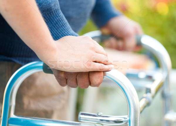 Segítő kéz idős férfi kezek kéz férfi idős Stock fotó © barabasa