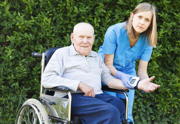 öreg emberek magas vérnyomás nővér mér vérnyomás Stock fotó © barabasa