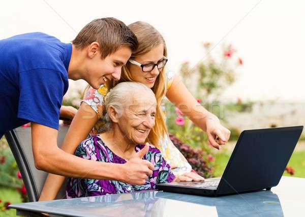 Guardare vecchio ricordi sorridere famiglia computer Foto d'archivio © barabasa