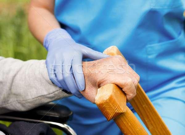 Segítő kéz idős segítség gyenge beteg kéz Stock fotó © barabasa