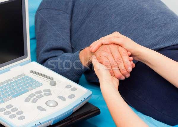 Komoly betegség támogató kezek idős orvos Stock fotó © barabasa