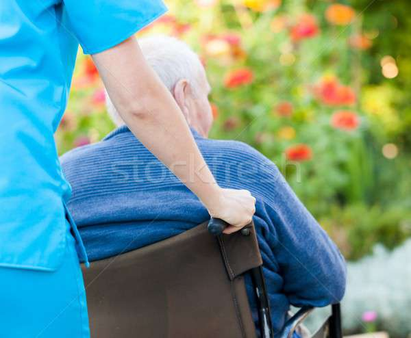Andar jovem feminino médico empurrando velho Foto stock © barabasa
