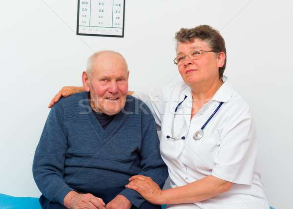 Positif âgées homme médecin Photo stock © barabasa