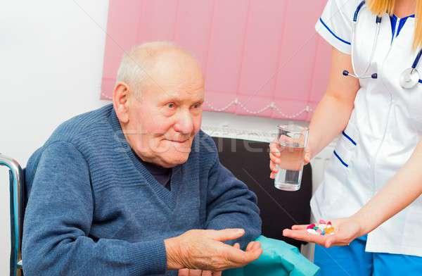 Minden nap gyógyszer öregek otthona asszisztens kezelés beteg Stock fotó © barabasa