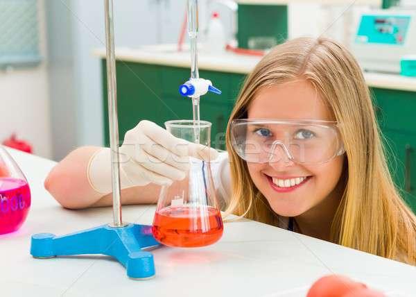 Niebezpieczny młodych chemik badania naukowe aktywny student Zdjęcia stock © barabasa