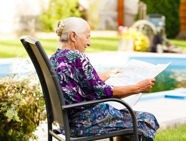 穏やかな 瞬間 高齢者 女性 読む 新聞 ストックフォト © barabasa