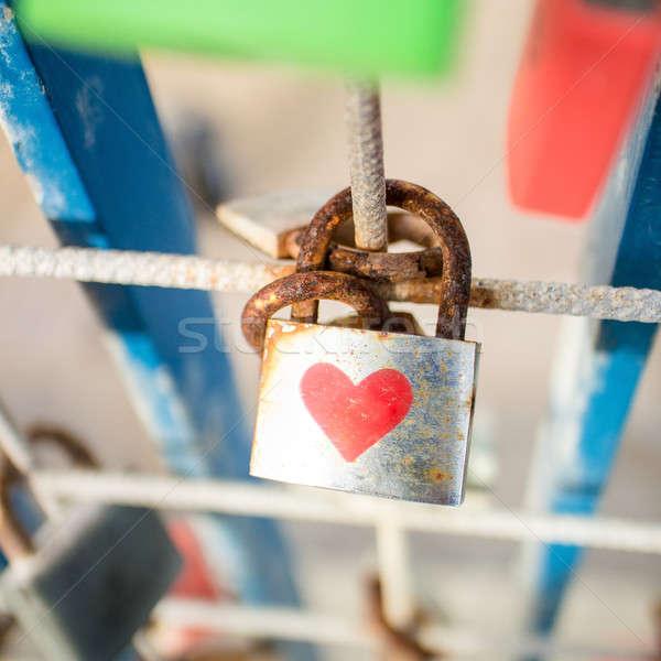 Asma kilit kalp rustik kırmızı çit sevmek Stok fotoğraf © BarbaraNeveu