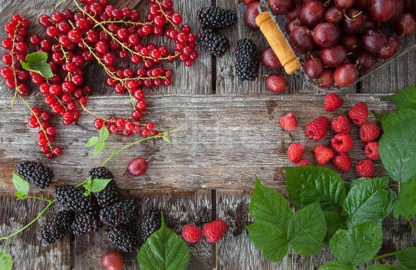 Választék friss bogyók rusztikus fából készült étel Stock fotó © BarbaraNeveu