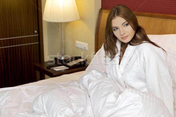 красивой брюнетка женщину кровать девушки время Сток-фото © bartekwardziak