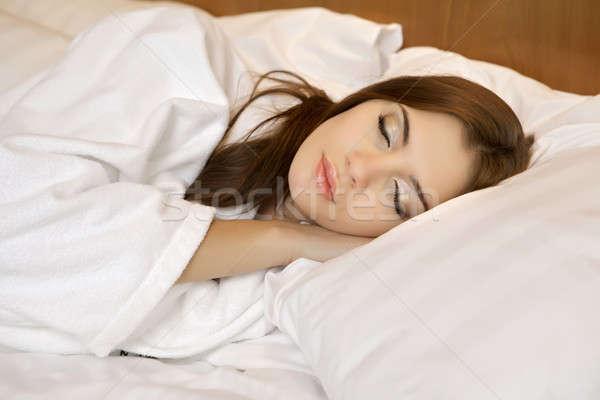 ストックフォト: 美しい · ブルネット · 女性 · ベッド · 少女 · 時間