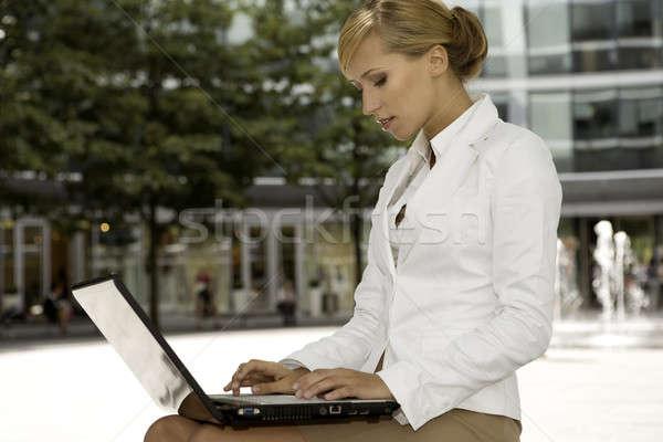 Jonge zakenvrouw aantrekkelijk blond werken laptop Stockfoto © bartekwardziak