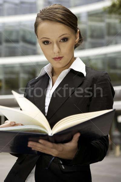 Foto stock: Jóvenes · mujer · de · negocios · morena · aire · libre · cuaderno · Internet