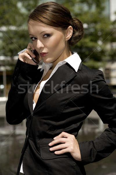Jonge zakenvrouw aantrekkelijk praten mobiele buiten Stockfoto © bartekwardziak
