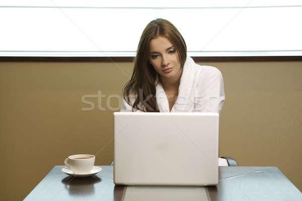 Genç kadın dizüstü bilgisayar içecekler kahve Stok fotoğraf © bartekwardziak