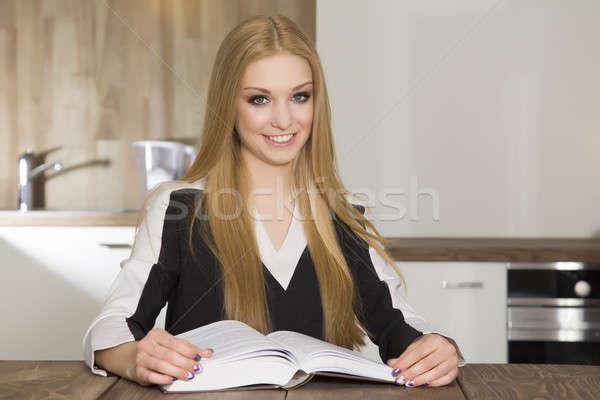 Portre zeki öğrenci okuma kitap güzellik Stok fotoğraf © bartekwardziak