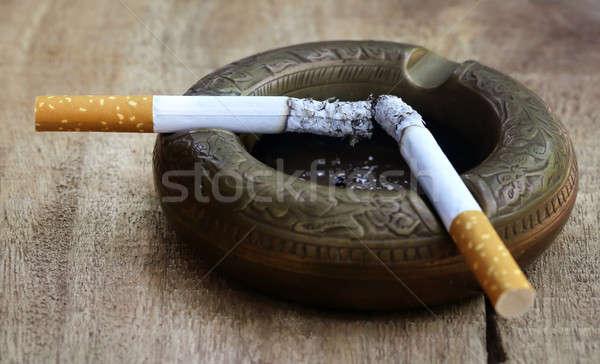 Ardente cigarro velho cinzeiro superfície Foto stock © bdspn