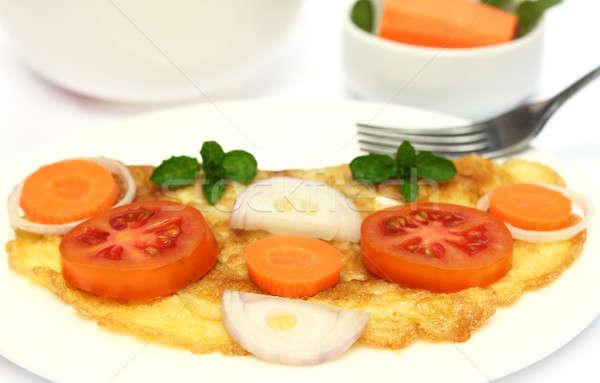 Közelkép tükörtojás saláta tányér zöld piros Stock fotó © bdspn