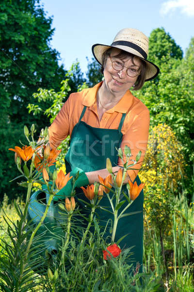 Glimlachende vrouw genieten voorjaar zonneschijn permanente Stockfoto © belahoche