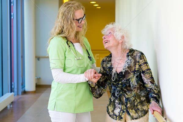 Terapist yaşlı yürüyüş hastane kadın hasta Stok fotoğraf © belahoche