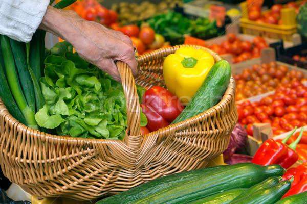 Közelkép kéz fogantyú fonott kosár zöldségek Stock fotó © belahoche