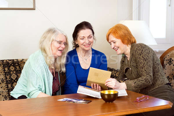 Feliz mujeres mirando vieja foto álbum tres Foto stock © belahoche