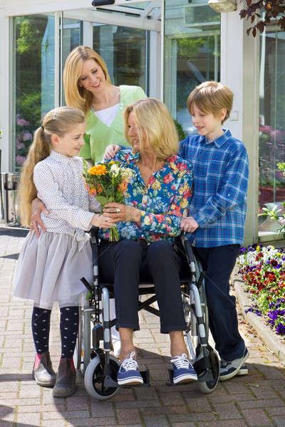Familie gelukkig tijd portret glimlachend buitenshuis Stockfoto © belahoche