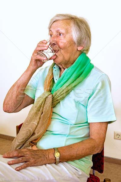Sérieux eau potable supérieurs femme vert Photo stock © belahoche