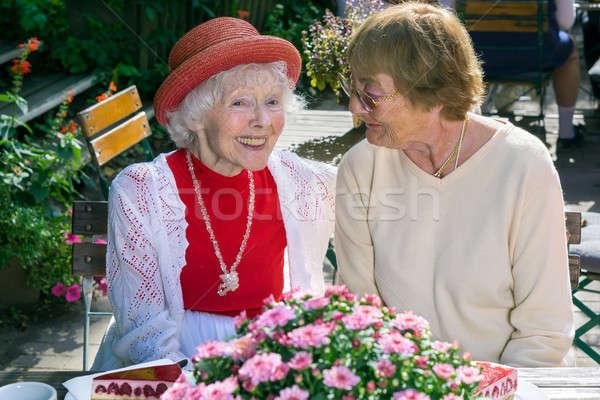 Cute senior dames glimlachend praten paar Stockfoto © belahoche