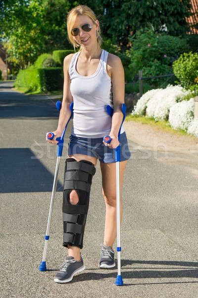 Donna indossare ortopedico gamba regolabile chirurgia Foto d'archivio © belahoche