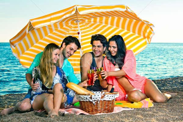 Zorgeloos vrienden Geel paraplu dranken vier Stockfoto © belahoche