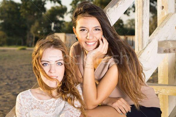 Atractivo las mujeres jóvenes sesión casa escaleras Foto stock © belahoche