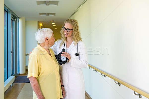 Felice infermiera anziani ospedale corridoio giovani Foto d'archivio © belahoche