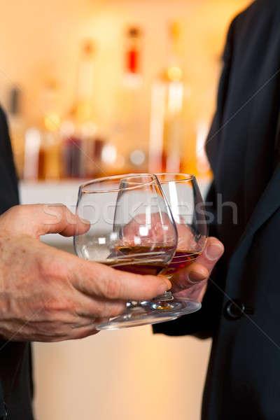 очки бренди вечеринка рук мужчин пить Сток-фото © belahoche