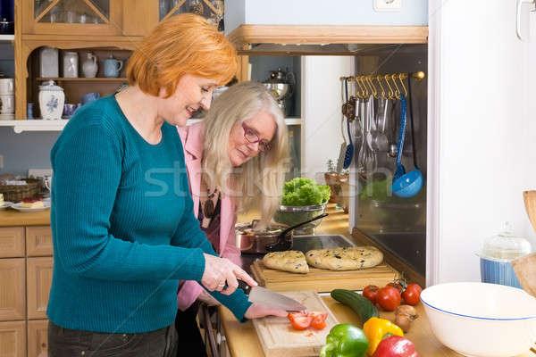 笑みを浮かべて ママ レシピ 友達 真ん中 ストックフォト © belahoche