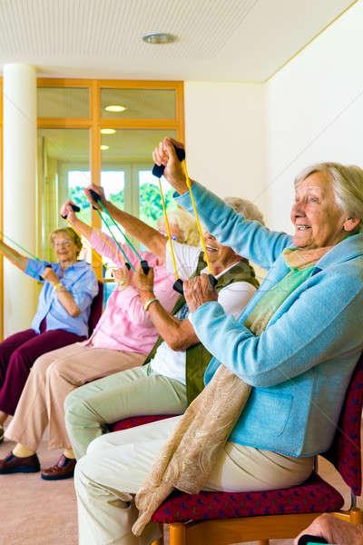 Senior vrouwen training gymnasium vergadering stoelen Stockfoto © belahoche