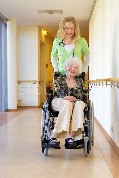 Enfermera ancianos silla de ruedas corredor jóvenes femenino Foto stock © belahoche
