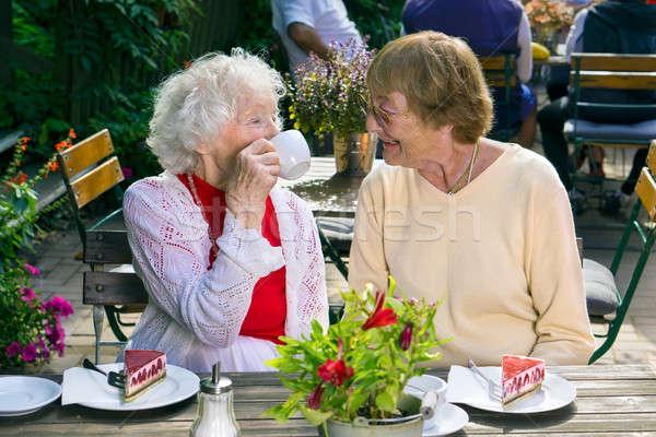 Dames genieten thee cake cafe paar Stockfoto © belahoche