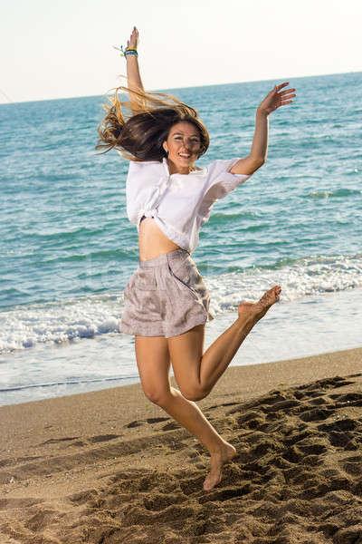 Mutlu kadın atlamak atış plaj tam uzunlukta Stok fotoğraf © belahoche