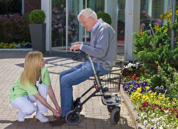 Verpleegkundige helpen senior man stropdas schoenen Stockfoto © belahoche
