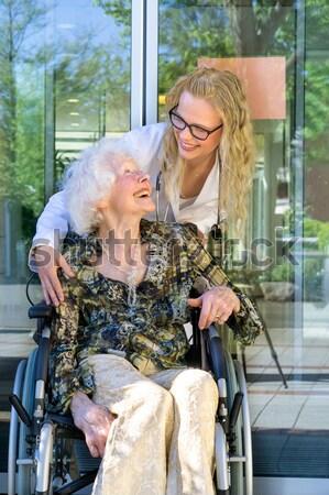 Boldog nővér idős beteg mosolyog kamera Stock fotó © belahoche