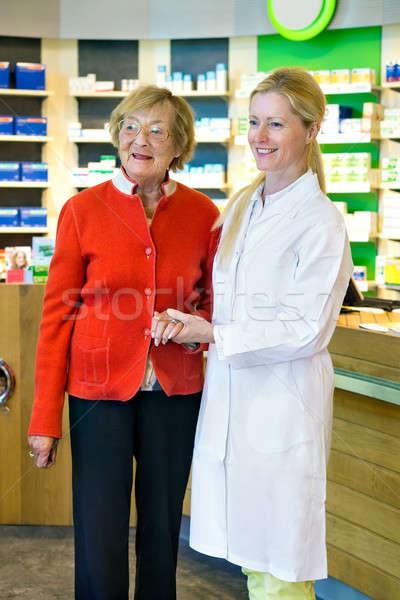 Farmaceuta strony klienta szczęśliwy młodych Zdjęcia stock © belahoche