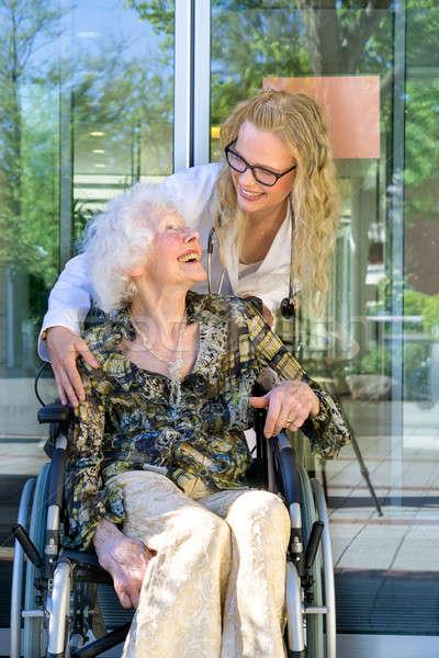 Medische assistent ouderen lachend samen jonge Stockfoto © belahoche