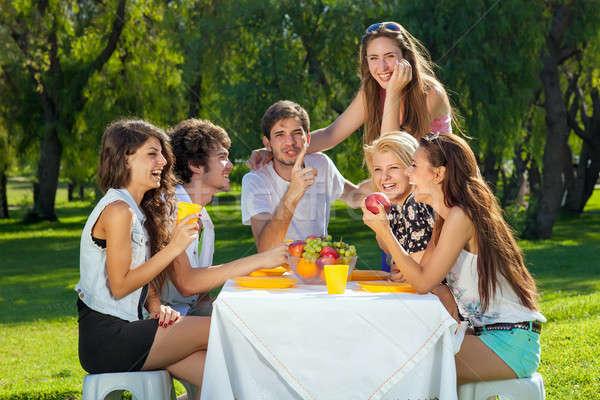 Tinédzserek nevet viccelődés együtt csoport vonzó Stock fotó © belahoche
