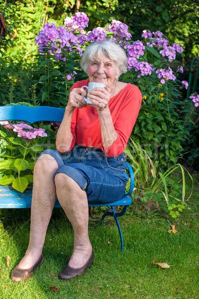 Mutlu Yaşlı kadın kahve bahçe fincan Stok fotoğraf © belahoche
