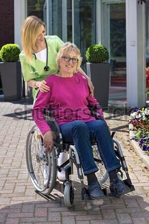 Stockfoto: Verpleegkundige · ouderen · rolstoel · glimlachend · camera · vrouwelijke