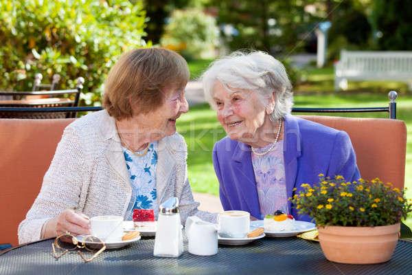 Deux supérieurs femmes détente extérieur table Photo stock © belahoche