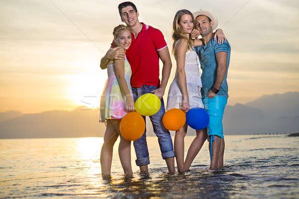 Sweet couples mer eau jeunes posant Photo stock © belahoche